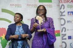 Cécile Kyenge, Députée européenne remet le Rebranding Award à la Ministre Rosine Coulibaly pour SEM Roch Kaboré