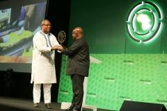 RAF2018 - M. Thierry HOT remettant le Rebranding Africa Governance Leadership AWARD à SEM Nana Akufo Addo, Président de la République du Ghana